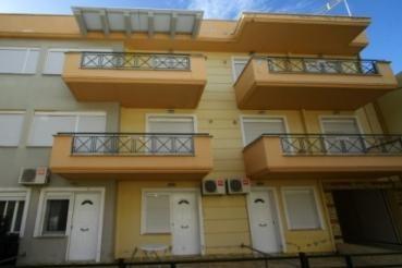 V obalnem mestu Ofrinion je za 20 tisoč evrov naprodaj enosobni apartma tik ob plaži.