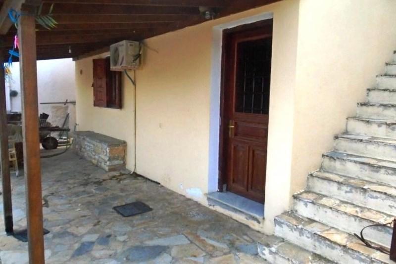 V grškem obmorskem mestu Volos je za 35 tisoč evrov naprodaj hiša s 35 kvadratnimi metri stanovanjske površine.
