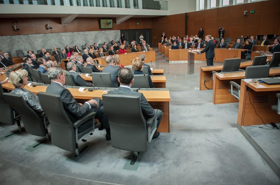 Po barometru bi se v parlament uspelo prebiti šestim strankam.